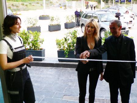Anna Falchi al taglio del nastro del nuovo showroom