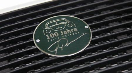 La targhetta Porsche da fissare alla griglia delle prese d?aria
