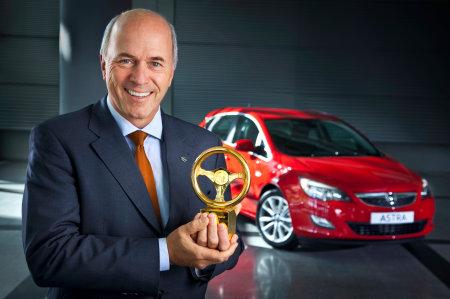 Carl-Peter Forster, Presidente del Consiglio di Amministrazione della Adam Opel GmbH, con il Volante d'oro conquistato dalla nuova Opel Astra