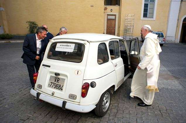 Photo of Papa Francesco e la sua Renault 4