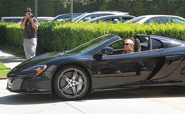 Photo of Paris Hilton non sa accendere una McLaren