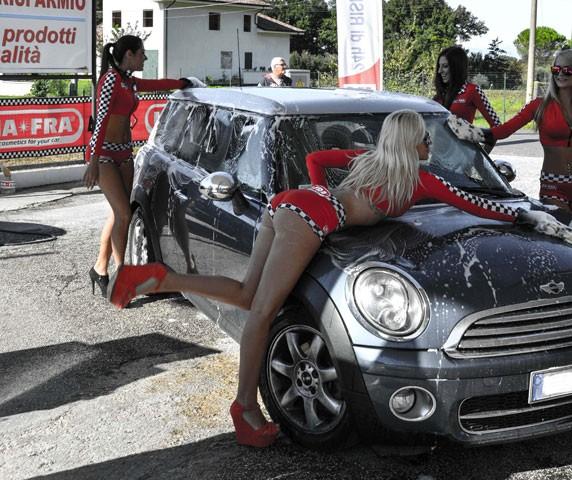 Il sexy car wash con le stelline di MA-FRA che per anni ha impazzato nei raduni tuning di tutta Italia