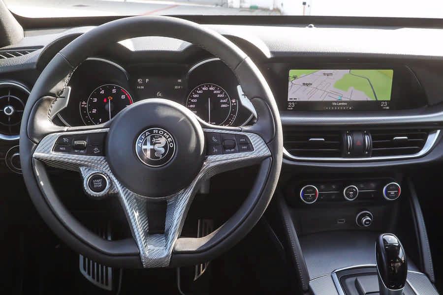 Alfa Romeo Stelvio preparazione con accessori Romeo Ferraris - volante