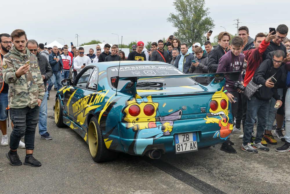 Nissan GT R aerografata con preparazione motoristica ed estetica all'Elaborare Day di Modena immersa nel pubblico.